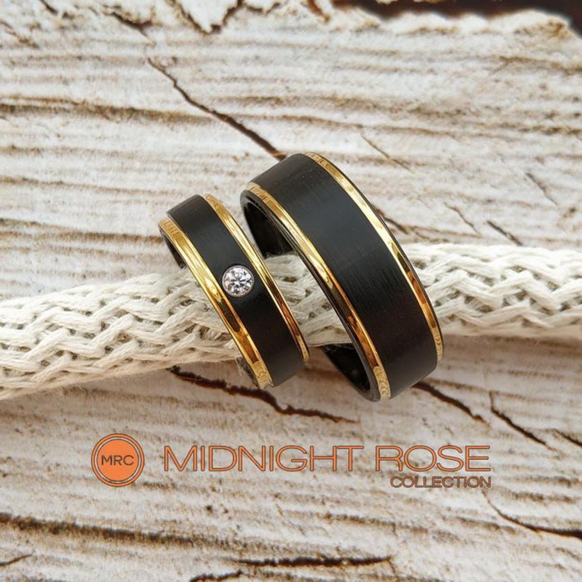 Черные вольфрамовые обручальные кольца с камнем фото